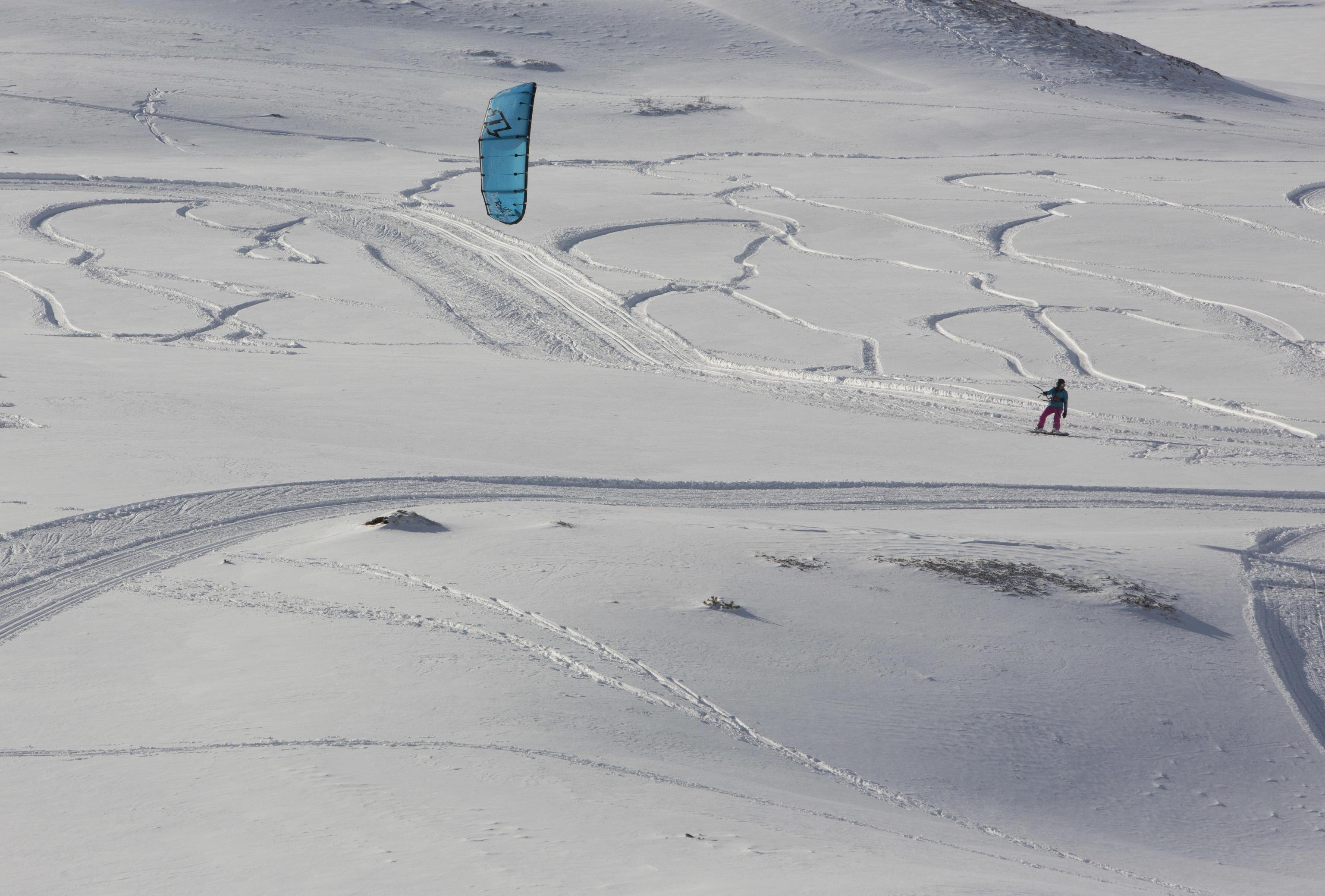 Un uomo fa snowkiting sulla neve a Piani di Pezza, vicino a Rocca di Mezzo, in Abruzzo