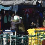 Un abbraccio simbolico tra due delle persone a bordo della Sea Watch. Per loro è la fine di un incubo