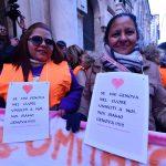 """Oltre agli striscioni i manifestanti portano un cartello al collo: """"Se hai un cuore unisciti a noi, noi siamo Genova"""""""