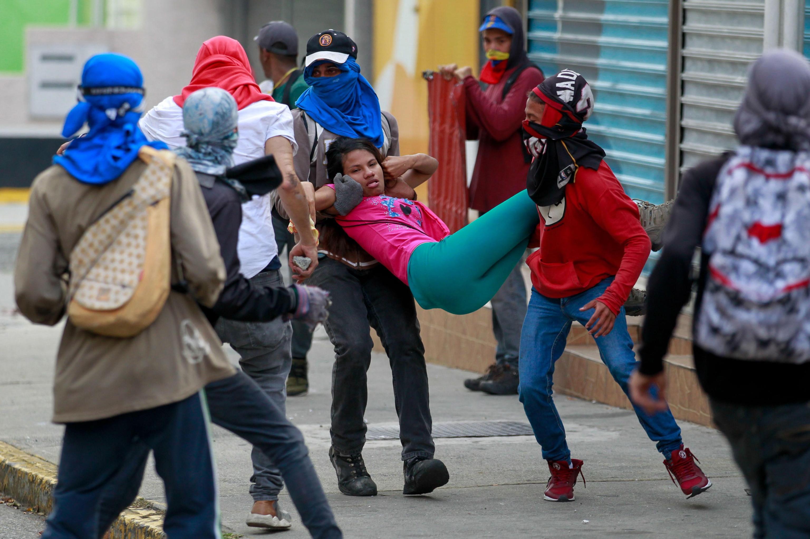 Una ragazza che ha inalato gas tossico durante gli scontri