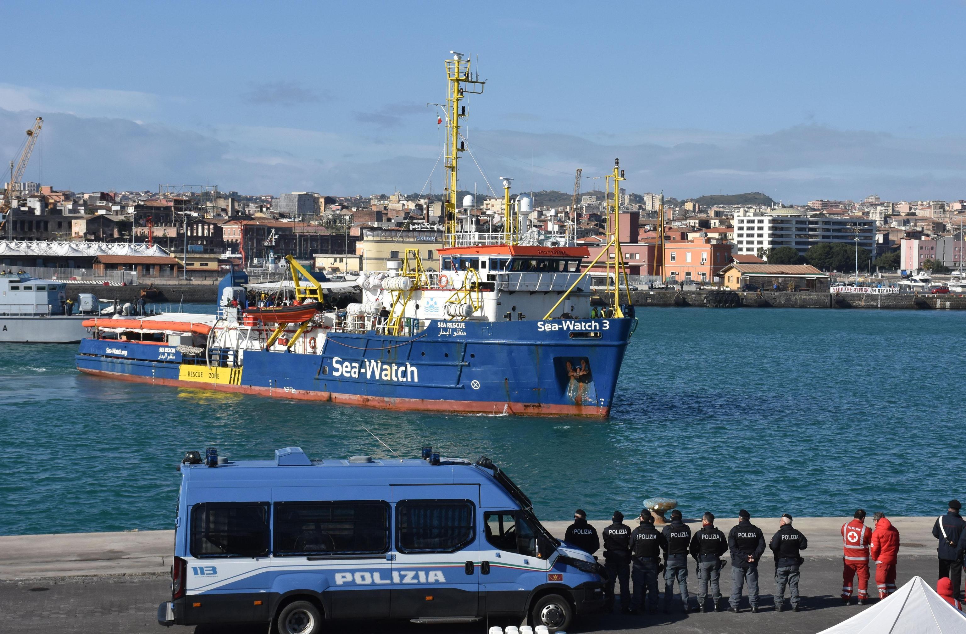 La nave sbarca a Catania dopo dodici giorni in mare, cinque dei quali passati in rada a Siracusa