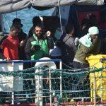 Scene di giubilo a bordo della nave, immortalate dai fotografi presenti sulla Sea Watch. I migranti sono pronti a sbarcare