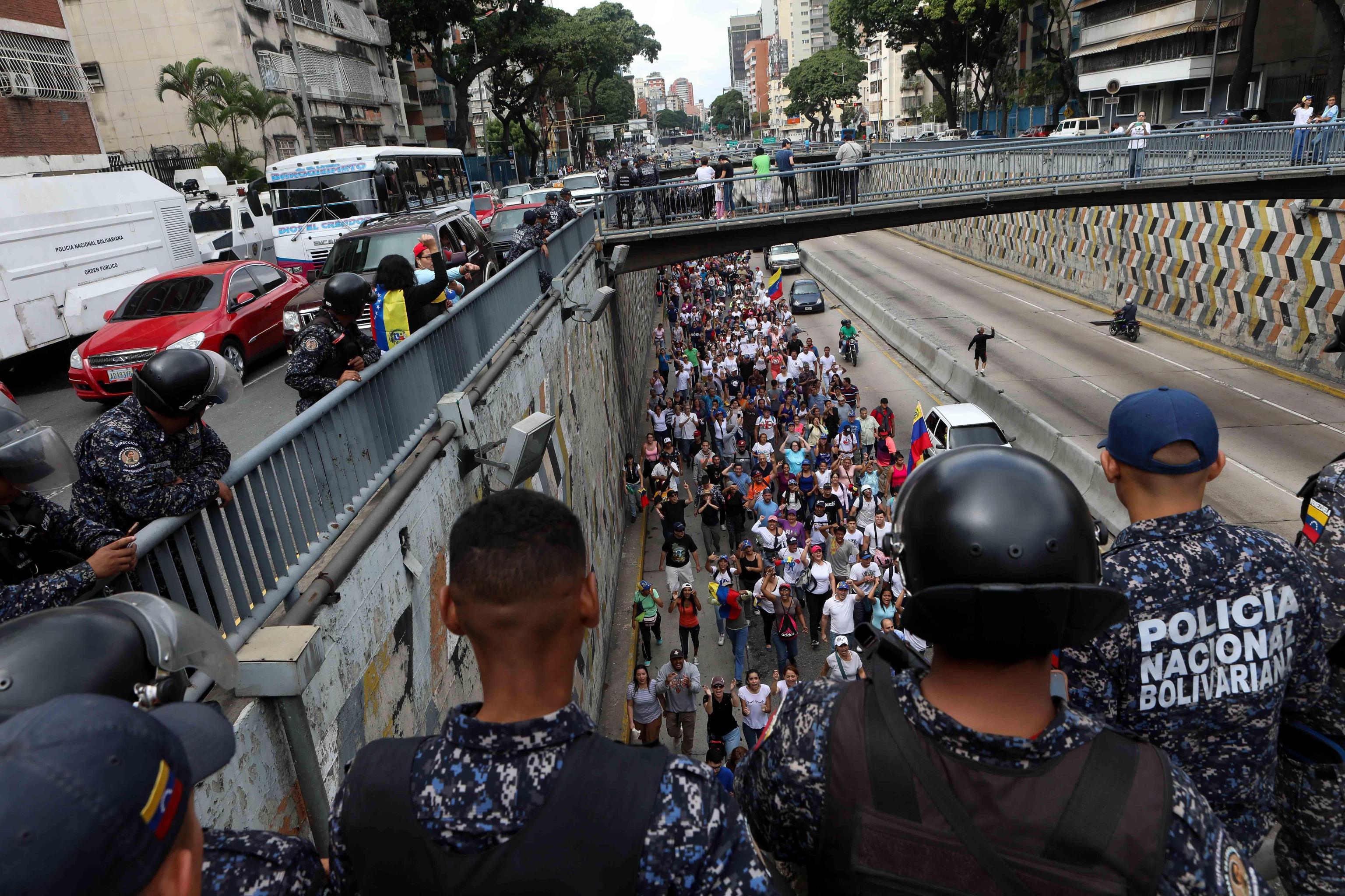 La Polizia e i dimostranti anti-governativi di Caracas