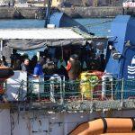Si intravedono i volti sereni e commossi dei migranti, che realizzano di aver concluso il loro lungo viaggio