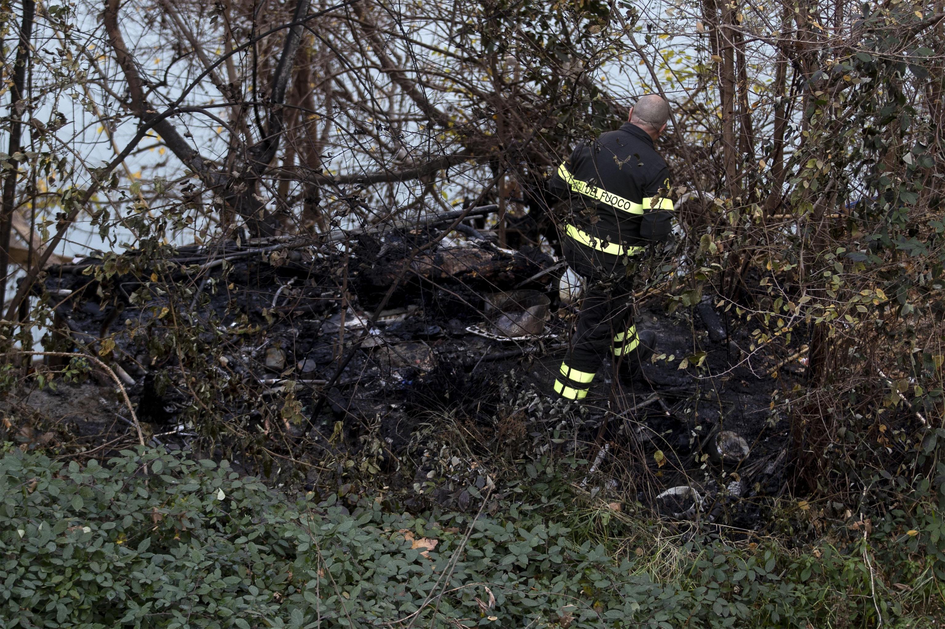 I vigili del fuoco analizzano il luogo dell'incendio