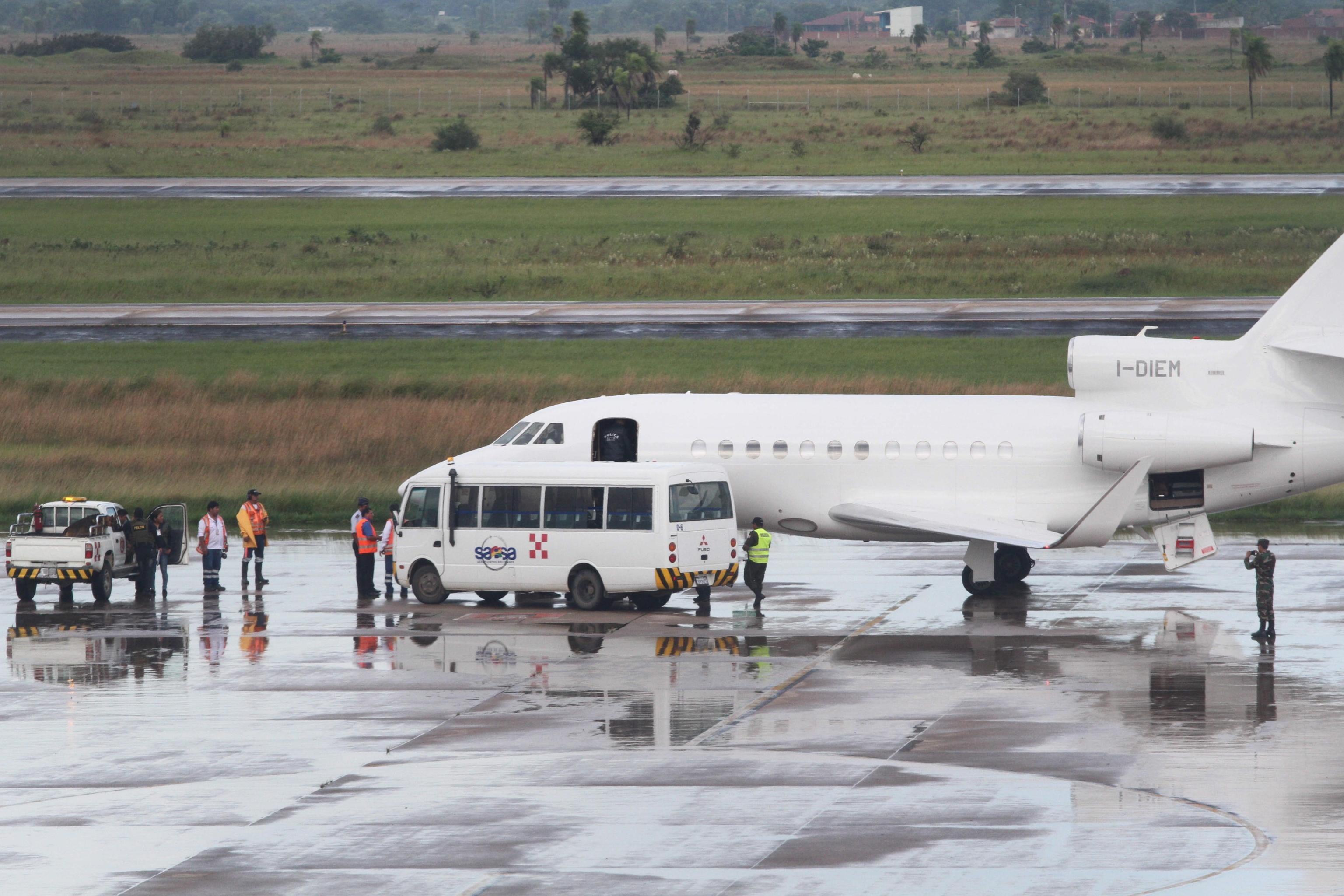 Il bus sul quale Cesare Battisti è stato accompagnato sull'aereo.