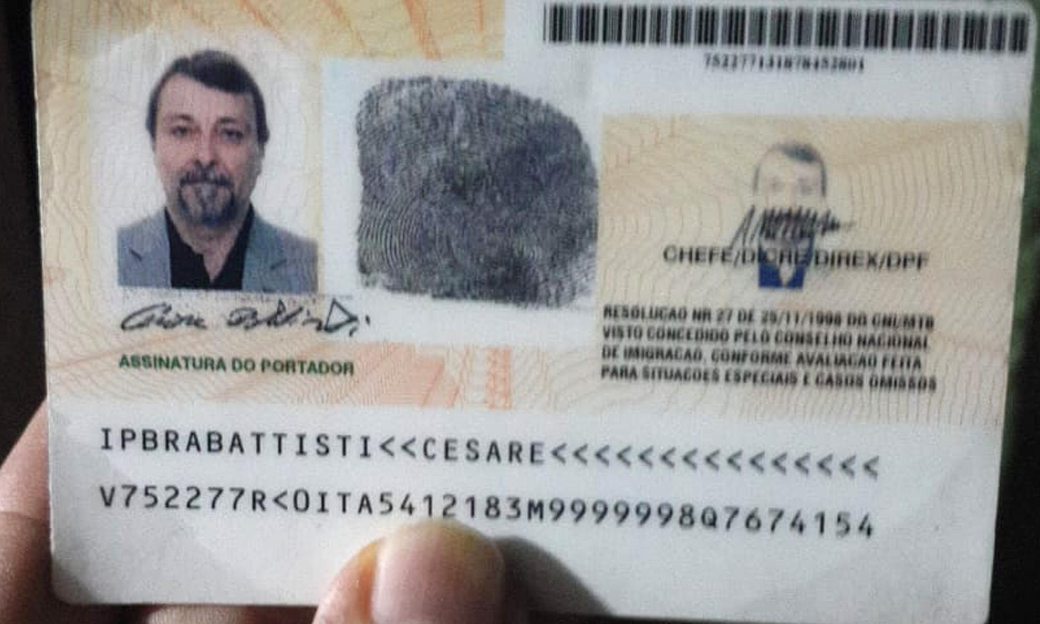 Il passaporto brasiliano dell'ex primula rossa in una foto della Polizia di Stato.