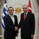 Stretta di mano tra il primo ministro greco Alexis Tsipras e il presidente turco Recep Tayyip Erdogan