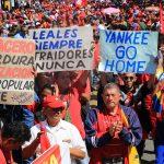 Sostenitori del presidente venezuelano Nicolas Maduro marciano per le vie di Caracas