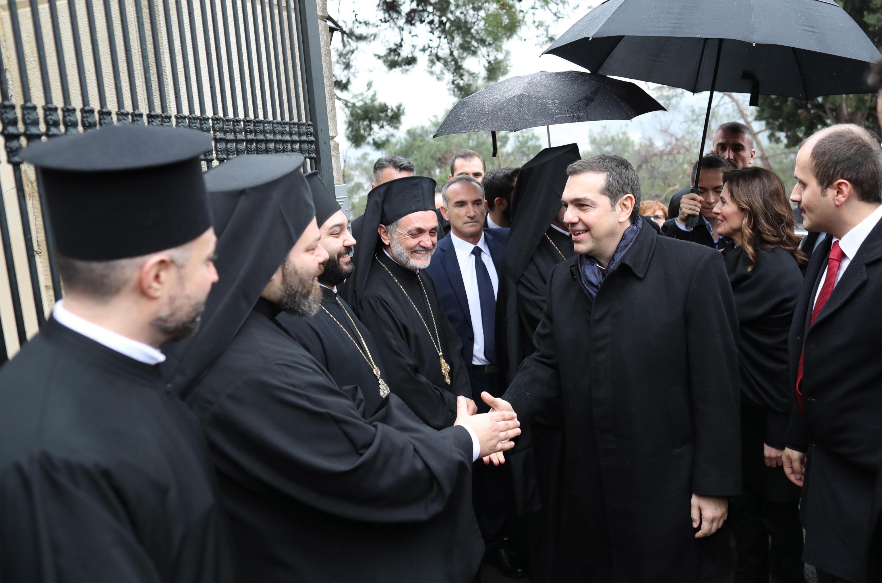 Il primo ministro greco stringe la mano ad alcuni sacerdoti ortodossi