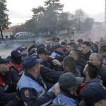 I manifestanti hanno tentato di sfondare il blocco delle forze dell'ordine e di entrare in Parlamento, senza riuscirvi. Sono stati duramente respinti