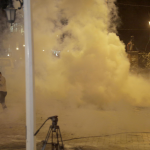 La polizia ha usato getti d'acqua e lacrimogeni per tentare di separare la folla