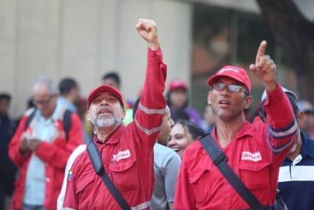 Pugni alzati per il presidente contestato dal partito di Guaidó