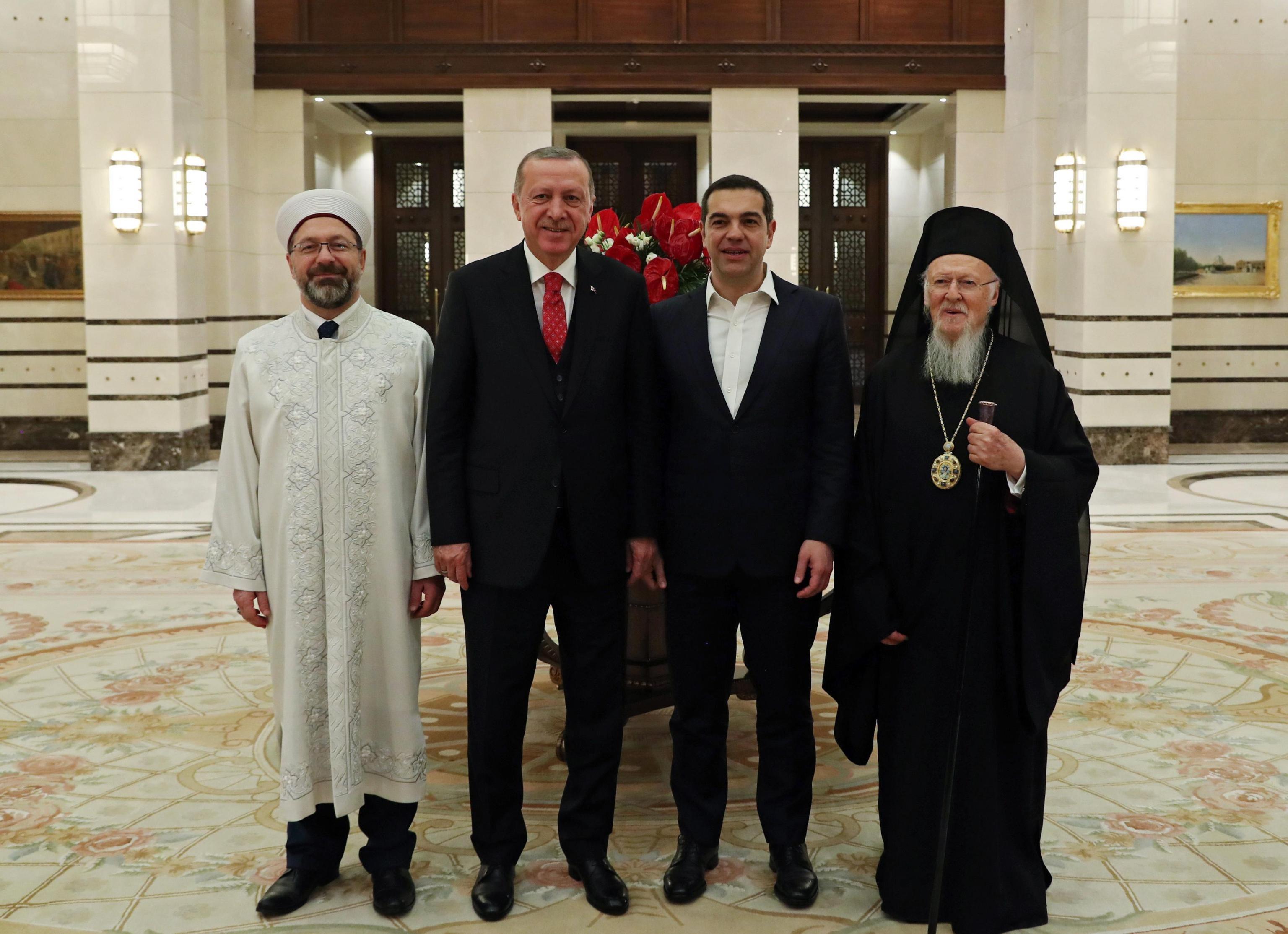 Tsipras e Erdogan con il il patriarca ecumenico di Costantinopoli Bartolomeo I e il direttore degli Affari religiosi turco Ali Erbas