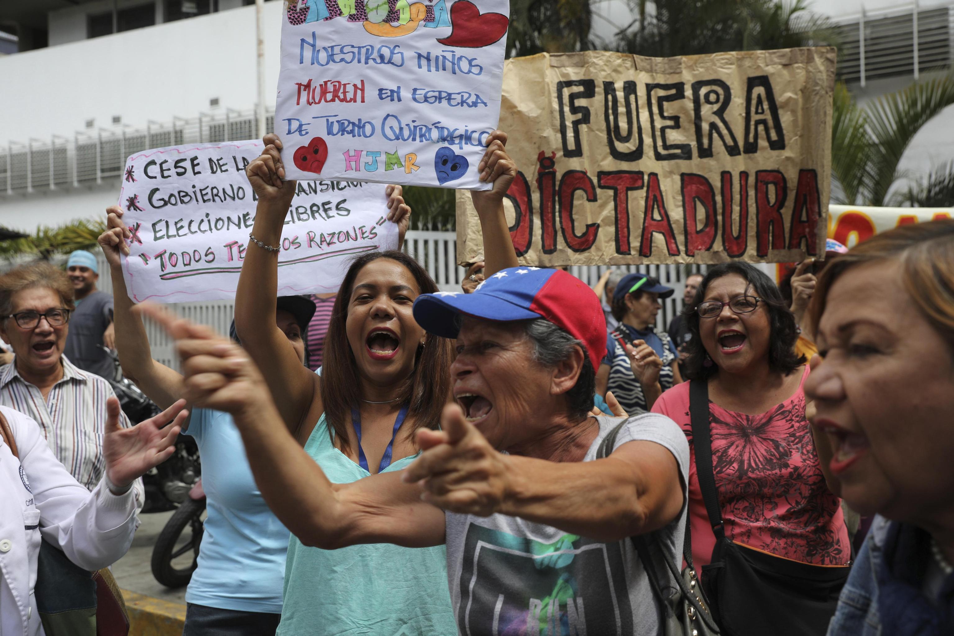 Continuano a protestare i sostenitori dell'opposizione
