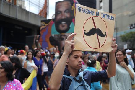 """""""Respingiamo la dittatura"""". L'immagine allude a Maduro, che gli oppositori vogliono far cadere"""
