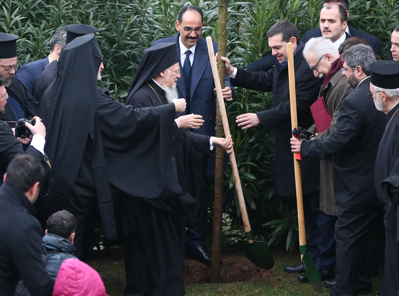 Tsipras e Batolomeo I piantano un albero in occasione dellla visita alla scuola teologica di Halki