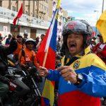 Tra le strade di Caracas con moto e bandiere