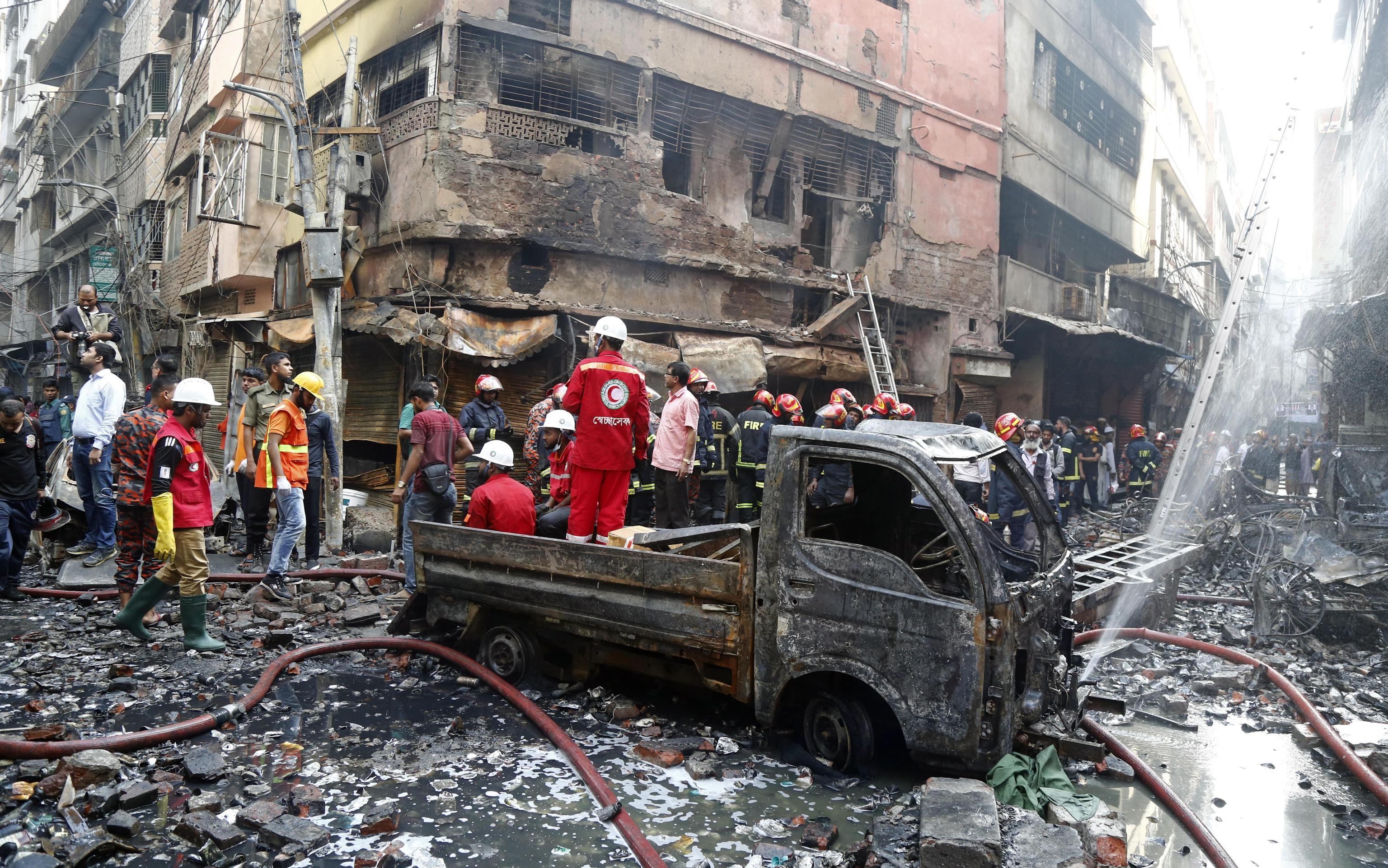 I vigili del fuoco accanto ai resti di un furgone divorato dalle fiamme