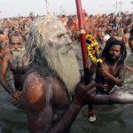 Un Naga Sandhu nel fiume Sangam