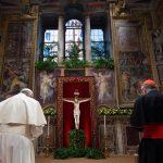 Il Sommo Pontefice si inchina davanti al crocifisso invocando la protezione divina sul summit