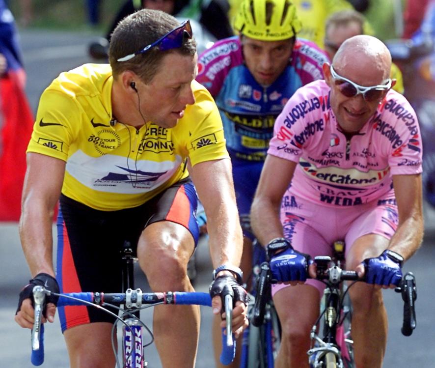 Marco Pantani vicino al campione americano Lance Armstrong durante il Tour de France del 2000, dopo il rientro del ciclista di Cesenatico dalla squalifica per doping.