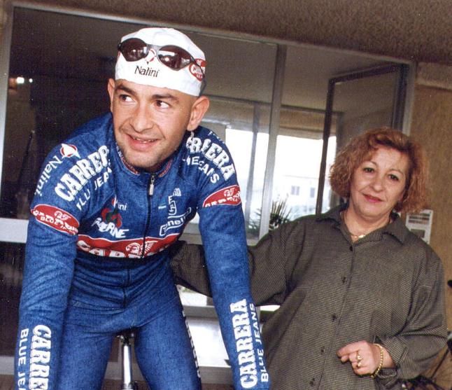 Marco Pantani con la madre Tonina in una foto che lo ritrae agli inizi della carriera