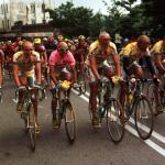 Marco Pantani festeggia la vittoria del Giro d'Italia del 1998 con i compagni di squadra