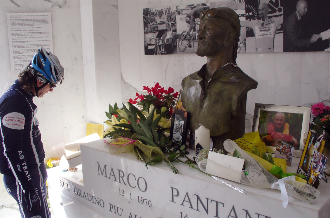 Tifosi in visita alla tomba di Marco Pantani a Cesenatico.
