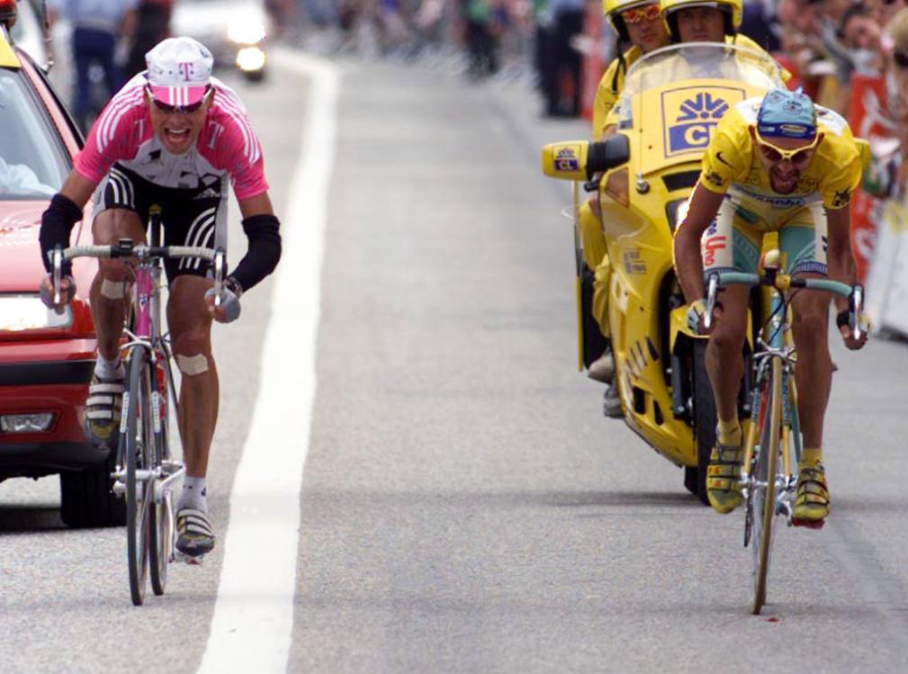 """Marco Pantani in uno sprint con il campione tedesco Jan Ullrich al Tour de France del 1998 vinto dal """"Pirata"""""""