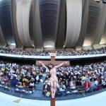 Il crocifisso davanti a numerose persone al Zayed Sports City di Abu Dhabi