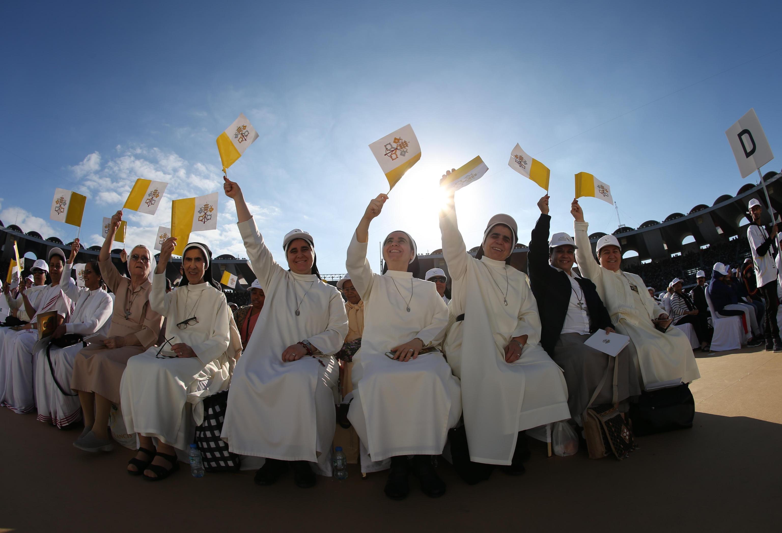 Migliaia di persone in attesa del Papa al Zayed Sports City