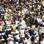 Papa Francesco mentre saluta la folla