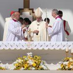 Bergoglio si prepara a celebrare la messa