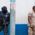 Le forze di sicurezza haitiane seguono armate la protesta di Port-au-Prince