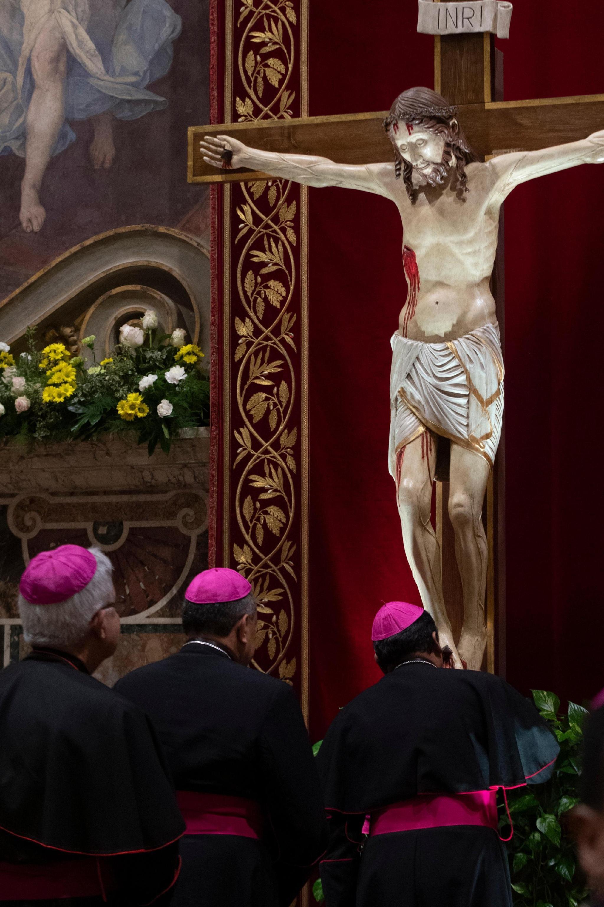 Tre vescovi in adorazione del Cristo nella Cappella Sistina prima dell'inizio dei lavori