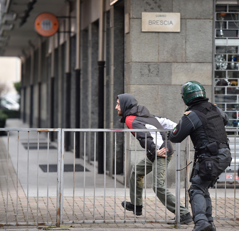 Un ragazzo cerca di sfuggire a un poliziotto