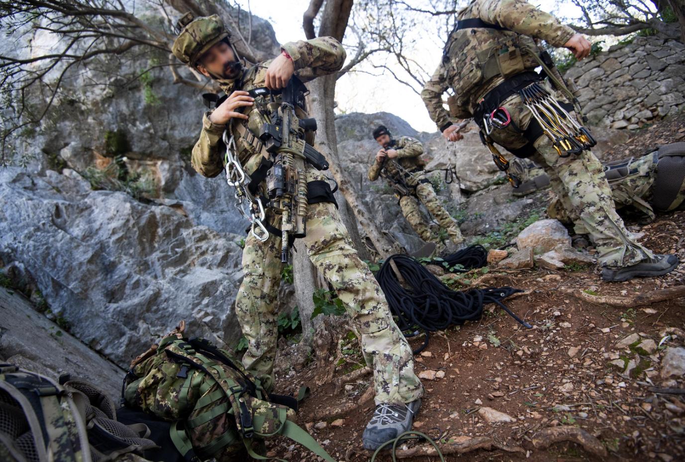 Un soldato si prepara alla scalata