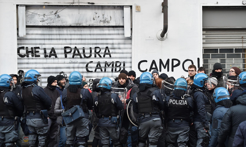 La polizia entra in contatto con gli occupanti durante lo sgombero