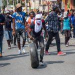 In moto e a piedi: la protesta si muove per le strade di Port-au-Prince