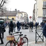 La polizia in strada, vicino al luogo dello sgombero, dove si sono radunati gruppi di persone