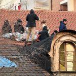 Le persone del centro sociale accampate sul tetto in segno di protesta