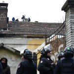 Antagonisti sul tetto dell'edificio sgomberato