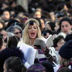 """I membri del gruppo femminista """"Women of the Wall"""" reagiscono dopo aver affrontato gli ebrei ultra-ortodossi a Gerusalemme, che protestavano contro di loro durante un incontro mensile """"Rosh Hodesh"""""""