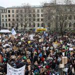 Una panoramica dall'alto di tutti i presenti in piazza