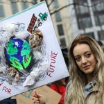 Una ragazza durante la manifestazione di oggi a Berlino