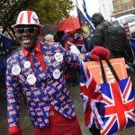 """Manifestanti schierati per il """"Leave"""" esultano per la bocciatura dell'accordo"""