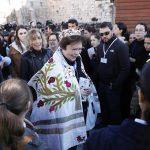 """Le donne del """"Women of the Wall"""" con Torah tallit, tefillin e kippah, costumi che secondo la tradizione ebraica sono riservati agli uomini"""