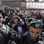 """Gli ebrei ultra ortodossi che hanno protestato contro le donne del gruppo femminista """"Women of the Wall"""" durante il raduno mensile Rosh Hodesh"""