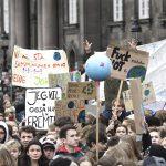 Cortei anche in Danimarca, a Copenhagen, dove un mappamondo portato in trionfo diventa un vero simbolo